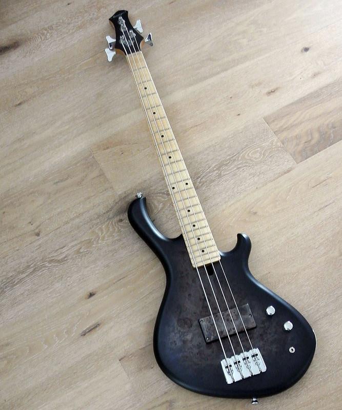 MENSINGER Cazpar 4p - Short Scale Bass - burl Poplar Top - Blackburst