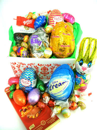 216 E5 - A box of Easter goodies