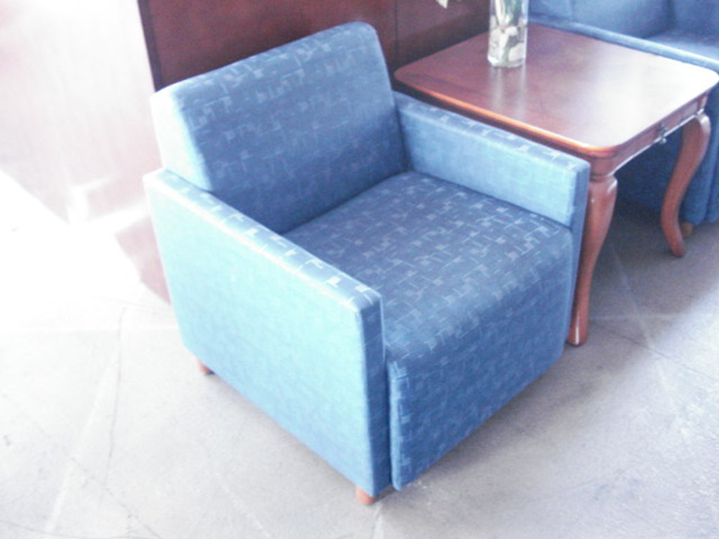 LOUNGE/CLUB CHAIR BLUE PATTERNED FABRIC WITH MAPLE POST LEGS