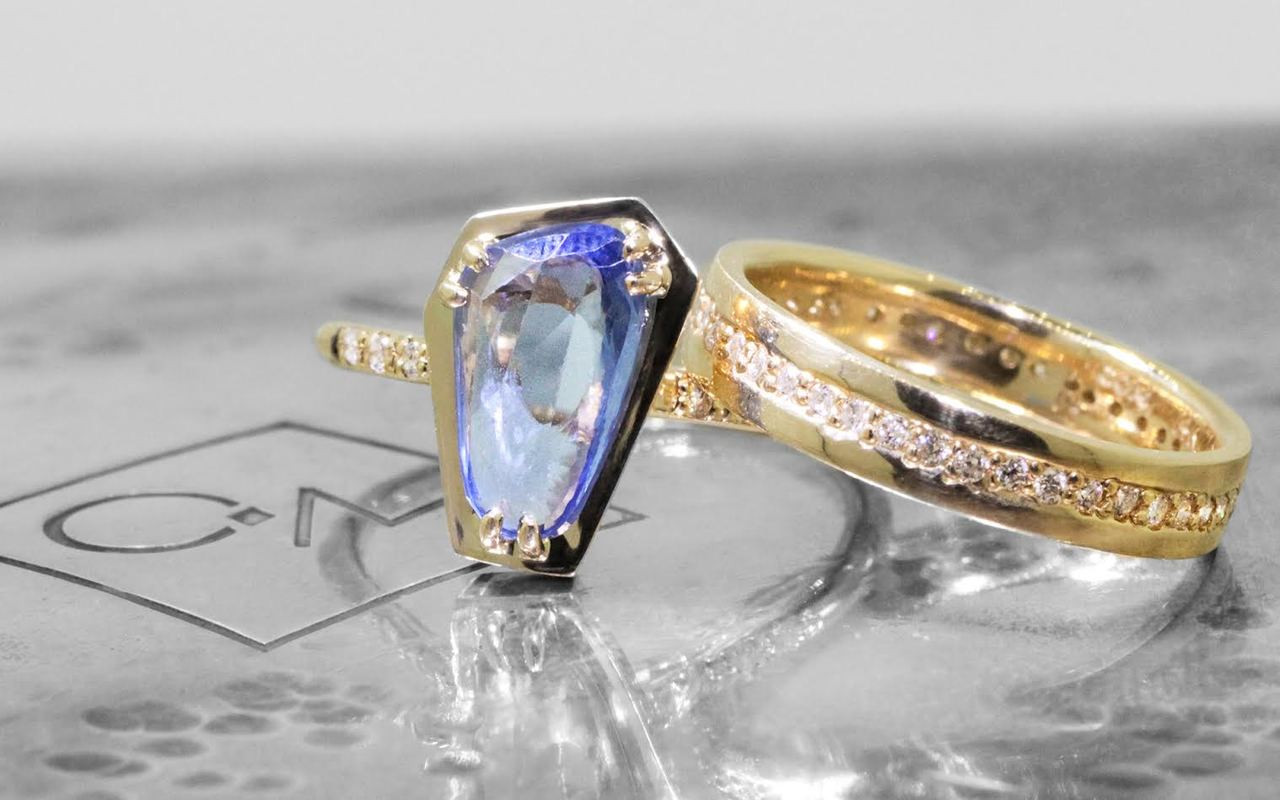 KIKAI Ring in Yellow Gold with 1.47 Carat Blue Sapphire