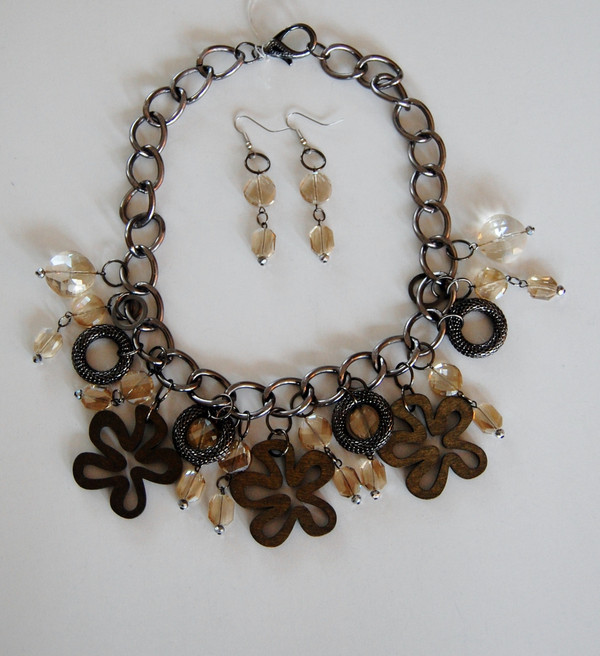 Wooden Flowers and Crystal Drops necklace set