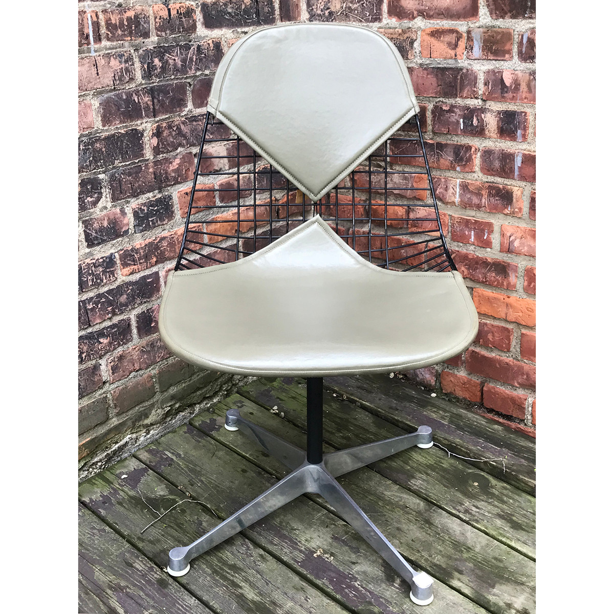 F18049 - Vintage Mid Century Eames Wire Swivel Chair