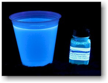 Clear blue IFWB-C0 tracer in water under 365 nm black light illumination.