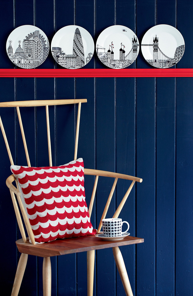 Complete the London Calling Collection with a set of London Calling Plates 22cm (4pc).