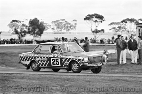 71254 - Grahame Ward / Peter Meyer, Volvo 164 - Dulux Rally - Calder 15th August 1971 - Photographer Peter DAbbs