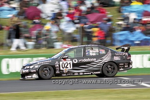 01736 - J. Richards & A. Fogg, Holden Commodore VT - Bathurst 2001 - Photographer  Marshall Cass