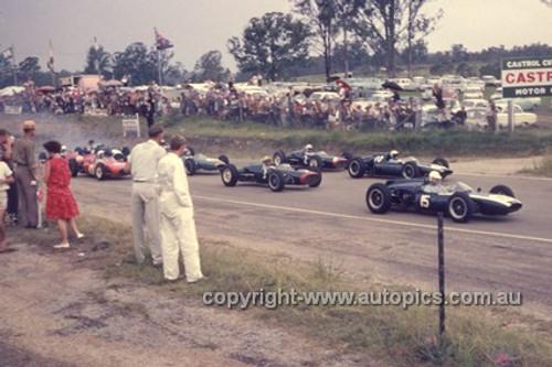 630033 - Start of the Lakeside International 1963 - J. Youl, B. McLaren, J. Surtees, T. Maggs, B. Stillwell & C. Amon - Photographer Bruce Wells.