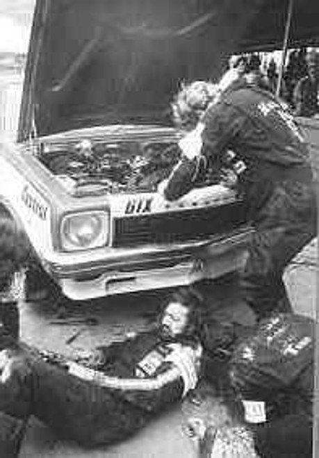 74709  -  P. Brock s  Pitt Crew hard at it.  -  Bathurst 1974 -  Holden Torana SLR5000