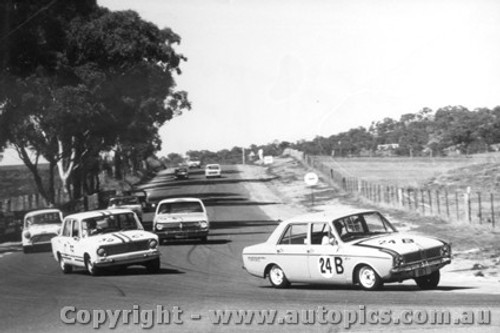 67725 - Garth / Westbury Hillman Arrow  ahead of Meehan / Cooke Fiat 124 -  Bathurst  1967