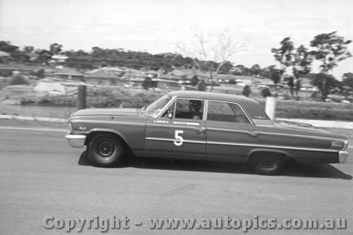 64009 - Norm Beechey Ford Galaxie - Sandown 1964
