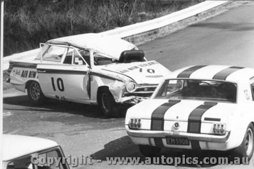 68056 - R. Coppins Mustang passing J. Ward s fatal crash - Catalina Park Katoomba 1968