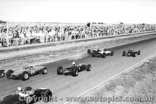 64511 - #25 Macrow Cheetah #82 Costanzo Lotus 10 #9 Fletcher Lola follow the front row of Geoghegan Jane and Cooper - Calder 1964