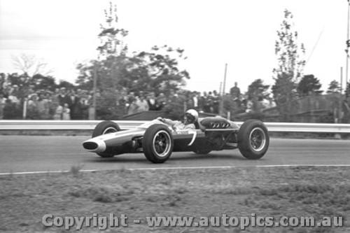 64516 - Bruce McLaren Cooper Climax  - Tasman Series Sandown 1964
