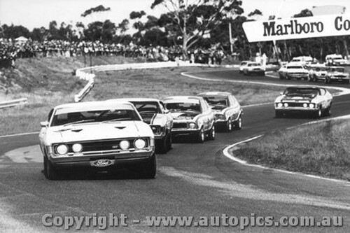 73025 - First Lap Sandown 250 1973 - Moffat, Goss, Brock, Bond and French lead the pack. Ford Falcon and Holden Torana