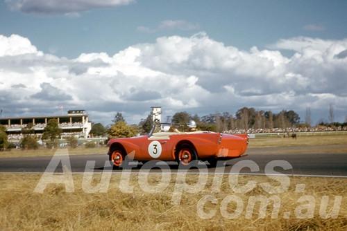 61056 - Ian (Pete) Geoghegan - Daimler SP250 - Warwick Farm 1961 - Photographer Peter Wilson