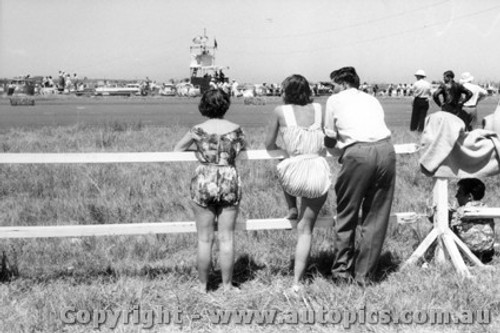 59004 - Fashions of the day at Fishermen s Bend 1959
