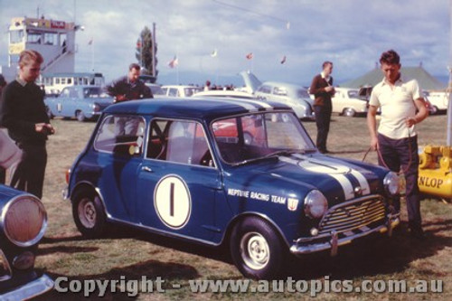 64026 - P. Manton Morris Cooper S - Sandown 1964 - Photographer Laurie Johnson