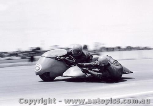 72305 - R. Young / B. Young   650 Triumph - Calder 1972