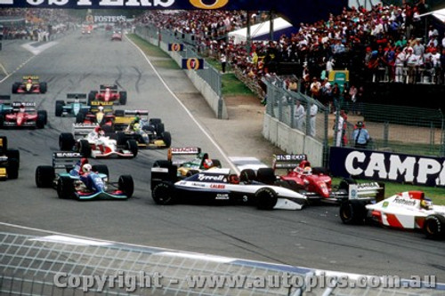 92506 - First Lap of the Australian Grand Prix Adelaide 1992 - Grouillard spins.