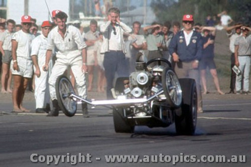 66910 - Ron Colson USA - Chev AA / Gas Dragster  Stiletto   - Surfers Paradise 1966 - Photographer John Stanley