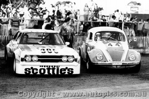 75044 - Pat Crea - Ford Cortina V8 / Darrylyn Huitt - Volkswagen V8  VW  - Calder 1975 - Photographer Peter D Abbs