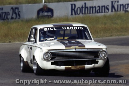 82054 - Bill Harris Valiant  - Oran Park 1982 - Photographer   Lance J Ruting