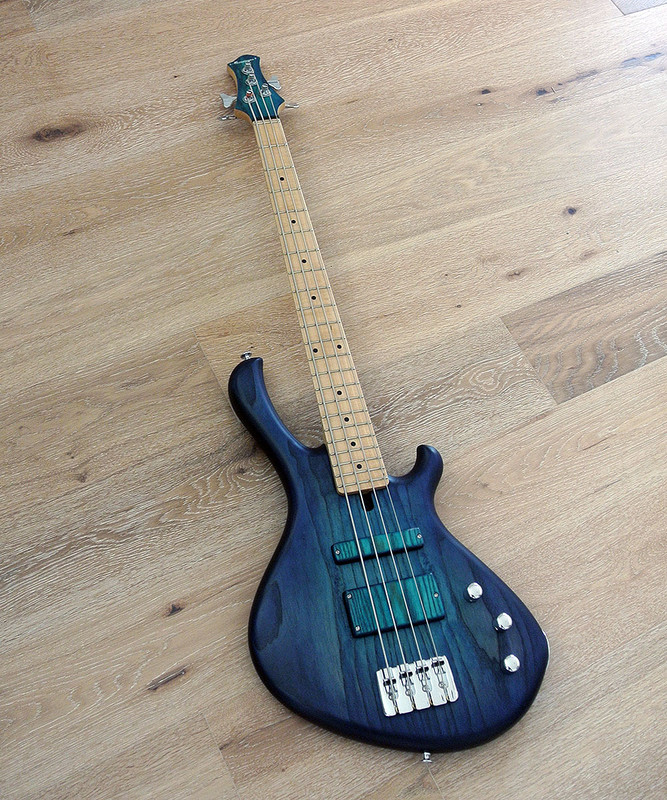 MENSINGER Cazpar 4p - Short Scale Bass - Blue Burst Finish