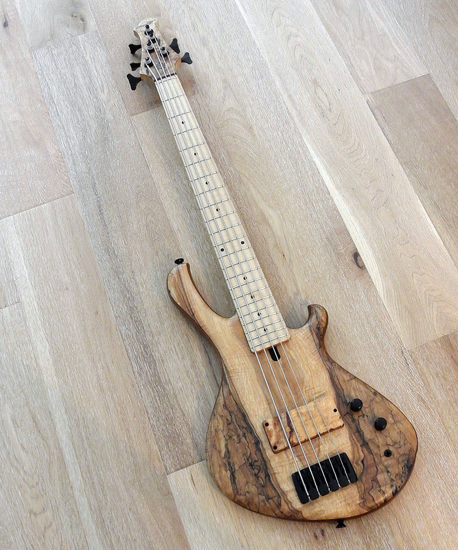 "MENSINGER Cazpar 5p -  5 String Short Scale Bass 30"" - Spalted Maple"