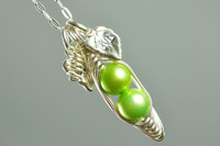 great gift for mom! pea pod necklace with initial leaf charms | muyinjewelry.com