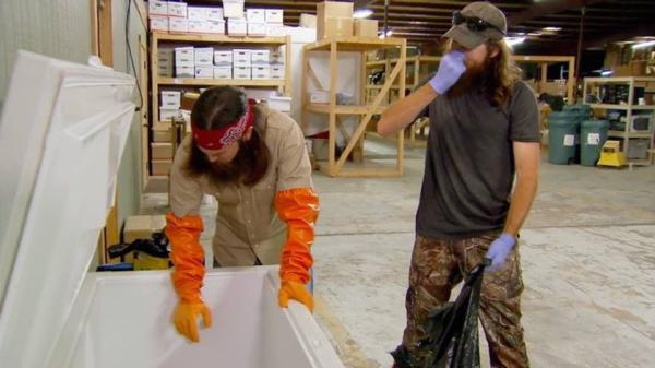 jase-and-jep-robertson-cleaning-freezer