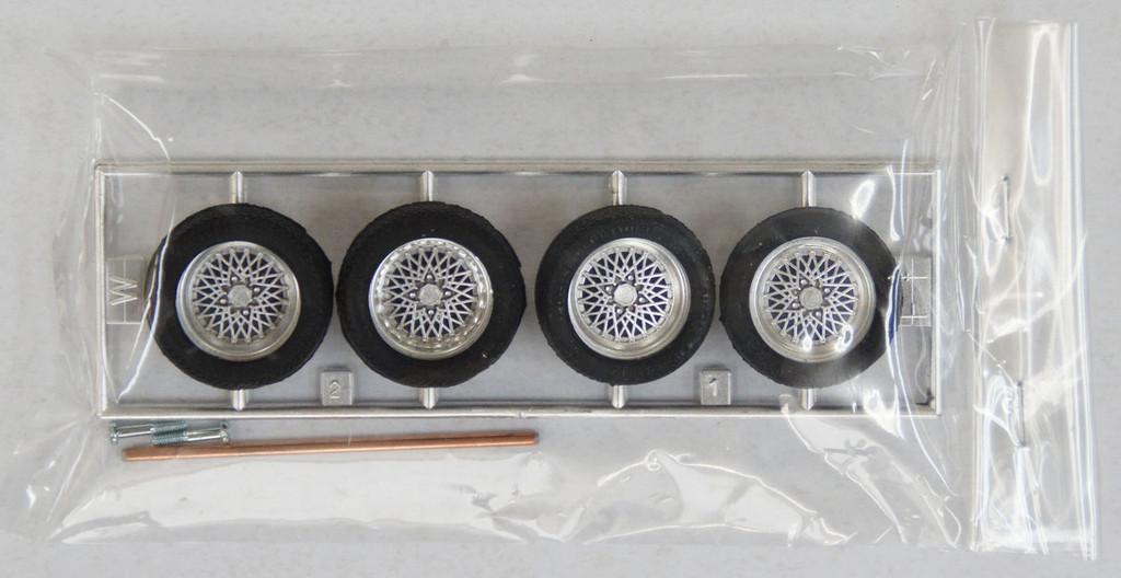 Fujimi TW46 Volk Mesh 14 inch Wheel & Tire Set 1/24 Scale Kit