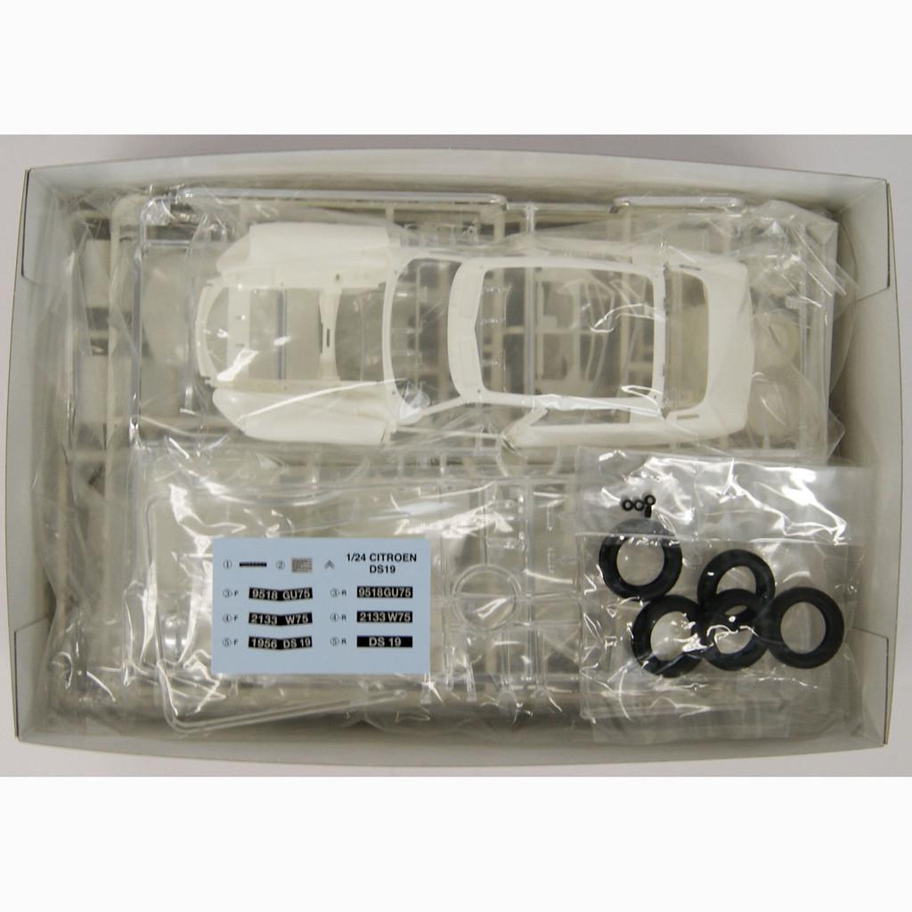 Ebbro 25005 Citroen DS19 1/24 Scale plastic model Kit