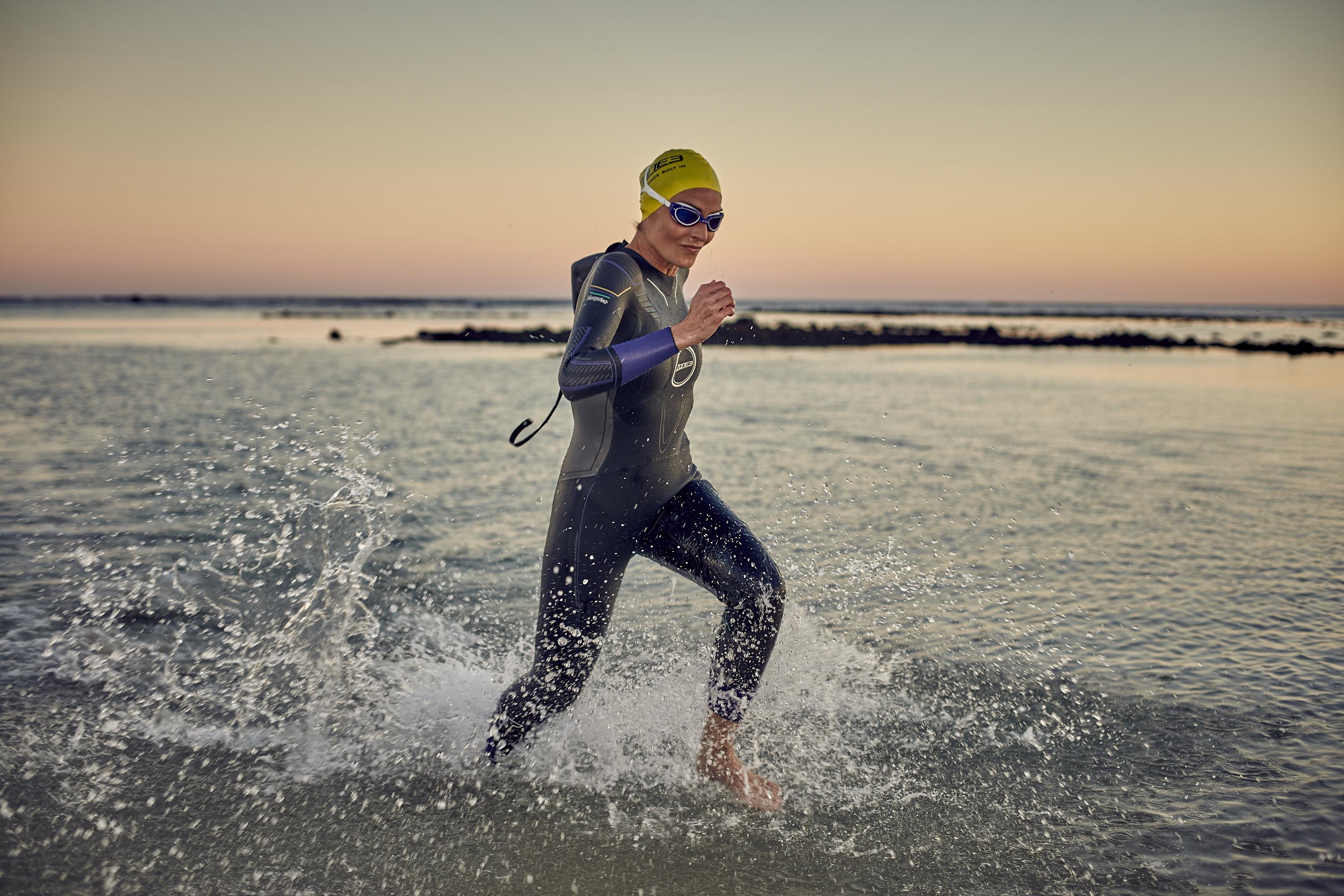 women-s-vanquish-wetsuit-lifestyle-10-.jpg