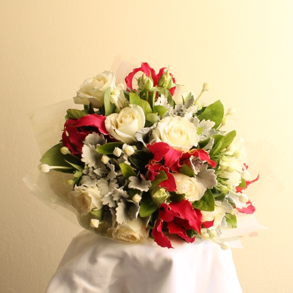 Short stemmed bouquet posy of white pastel or bright flowers