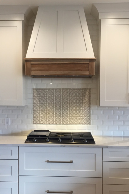 Superbe Beautiful White Farmhouse Kitchen With Decorative Tile Backsplash And  Wooden Oven Hood ...