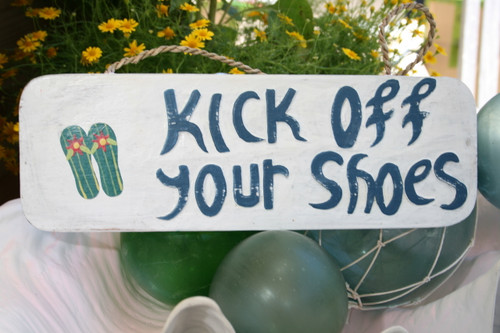 """KICK OFF YOUR SHOES"" BEACH SIGN 14"" - RUSTIC WHITE & BLUE - NAUTICAL DECOR"