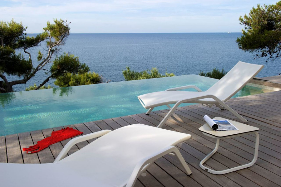 Yolo sun lounger by Les Jardins with white powder-coated alumnium frame and white Batyline mesh