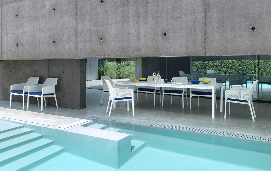 Rio Table with Net Relax chairs in an outdoor kitchen