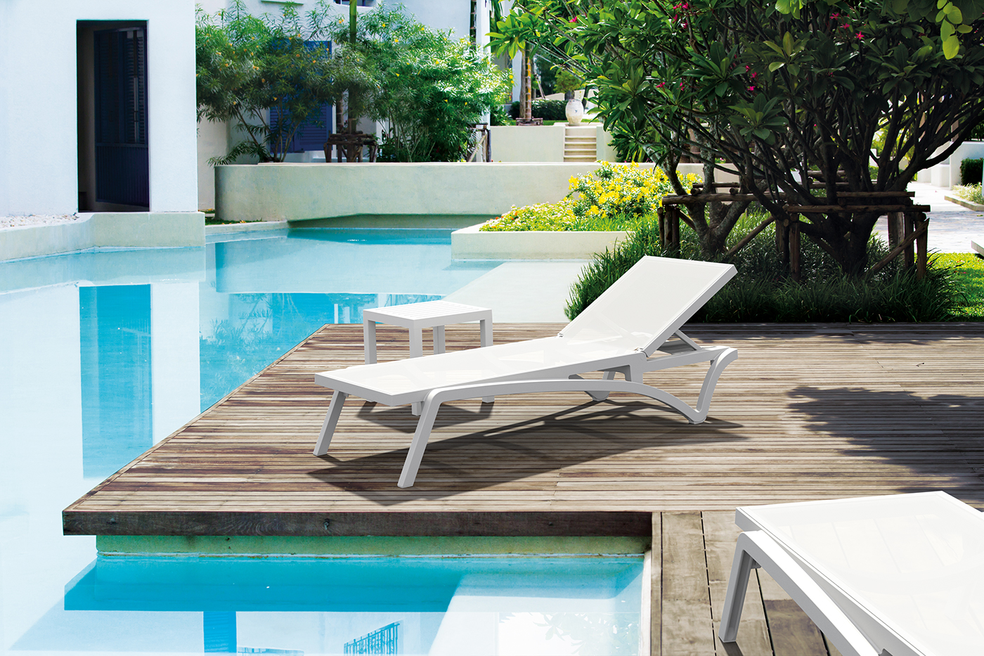 PLAYA Chaise poolside in the white colorway