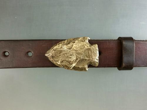 Bronze Arrowhead design with natural patina. Fits 1 1/4 belt.