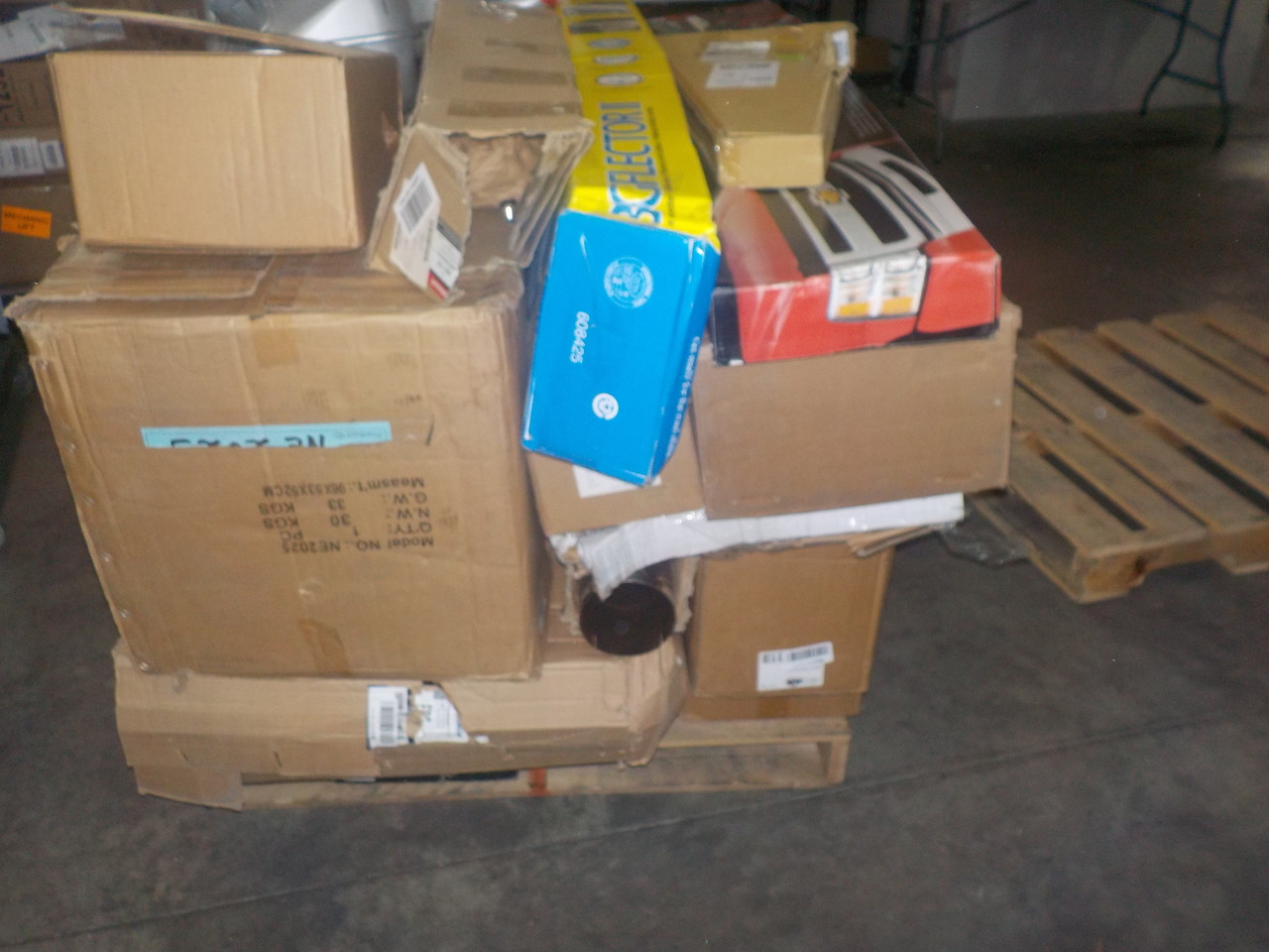 CLEARANCE: 1 Oversized Pallet #14025 - 23 units of Automotive Parts &  Accessories from Amazon ca - MSRP 4856$ - Returns